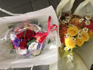 ルネ小平近くの花屋の花束2つ