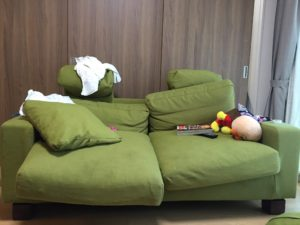 前のソファー