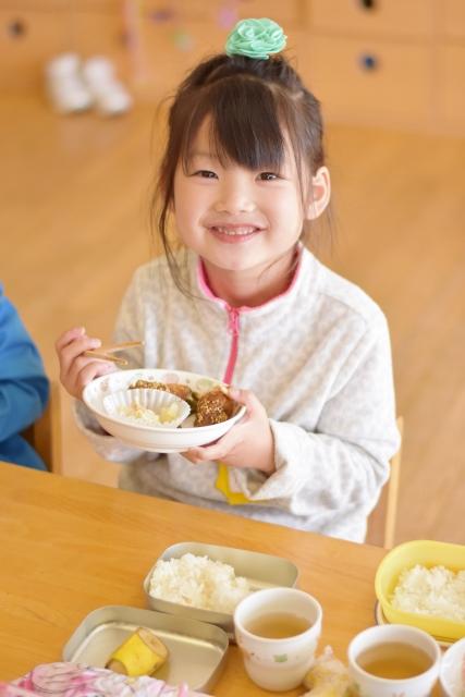 保育参観で給食を食べる女の子