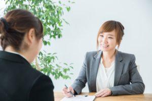転職相談する女性画像