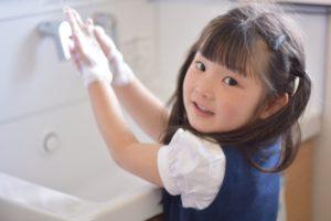 手洗いをしている女の子