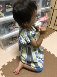 ルイボスティーを飲む子供