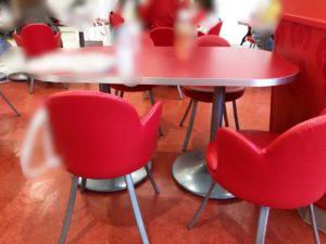 ピューロランドのレインボーワールドレストランテーブル席
